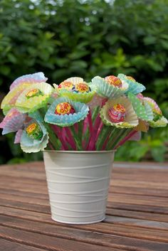Flowers made of cupcake paper & chupa chups Party Gifts, Diy Gifts, Party Favors, Chocolate Flowers Bouquet, Diy And Crafts, Crafts For Kids, Candy Flowers, Troll Party, Bear Party