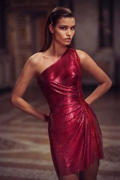 Conceived to bring dreams to life, the Atelier Versace Spring 2019 Haute Couture collection features a regal collection of sexy silhouettes and form-fitting styles. Haute Couture Dresses, Haute Couture Style, Couture Fashion, Runway Fashion, Atelier Versace, Fashion Week Paris, High Fashion, Milan Fashion, Mode Glamour