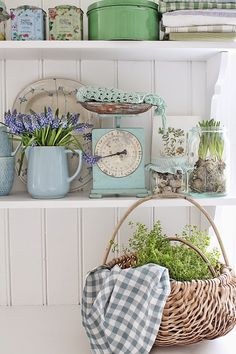 27 Country Cottage Style Kitchen Decor Ideas to Make You Fall in Love with Your Kitchen Again Cocina Shabby Chic, Shabby Chic Kitchen, Shabby Chic Decor, Vintage Decor, Kitchen Decor, Kitchen Vignettes, Kitchen Clocks, Life Kitchen, Design Kitchen