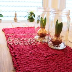 Lovely knitted table runner! Made with Nela Tekstil - recycled fabric yarn. Free pattern in Norwegian at www.mykenoster.no