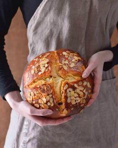 Špaldový kvasový mazanec Easter Recipes, Catering, Food And Drink, Baking, Hands, Kitchen, Diet, Bread, Bread Making