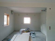 Färdigmålat i köket! Under kommande vecka är det dags för smygar i fönster, köksmontering och golvläggning.