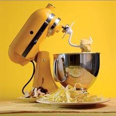 Scopri le tante funzioni dello straordinario Robot Artisan di KitchenAid Italia. Fantastico alleato in cucina, garantisce risultati professionali grazie alle sue funzioni eccezionali ed al suo design inconfondibile di alta qualità. Questa impastatrice con movimento planetario è tra le più amate dai cuochi professionisti.  #villamontesiro #fratelli_villamontesiro #villa_casalinghi #ul_piatè_de_munt #kitchenaid #artisan…