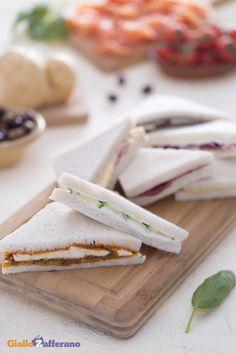 Sono tra i #fingerfood più amati perché ricchi di ingredienti sfiziosi: i #tramezzini delle feste (party sandwiches). #Natale #Christmas #ricetta #GialloZafferano http://speciali.giallozafferano.it/natale