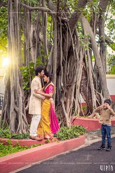 Best Photography Poses Indian Wedding Hindus 25 Id Indian Wedding Couple Photography, Indian Wedding Photos, Wedding Couple Photos, Professional Wedding Photography, Bridal Photography, Wedding Couples, Couple Shoot, Indian Photography, Photography Couples