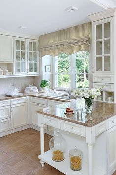DIY Shabby Kitchen Decor Ideas That Will Add Value To Any Home Do you consider yourself to be an expert in home improvement? Kitchen Redo, Kitchen Styling, New Kitchen, Kitchen Remodel, Cottage Kitchens, Home Kitchens, Cocina Shabby Chic, Küchen Design, Country Kitchen