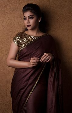 Do you want to make your plain sarees look beautiful? Here are 12 easy tips and tricks to give a designer touch to simple plain drapes. Elegant Design Sari Click visit link above for more details Simple Sarees, Trendy Sarees, Stylish Sarees, Fancy Sarees, Saree Jackets, Divas, Satin Saree, Silk Satin, Modern Saree