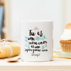 Parce qu'une maman en or se transforme toujours en une super grand-mère, offrez lui de la part de toute la famille cette super tasse ! Fournie dans un joli packaging en carton naturel. Capacité : 30 cl. Passe au lave-vaisselle et au micro-ondes. H : 10 cm. Edité par Mr Wonderful. 14,90 € http://www.lafolleadresse.com/les-amusants-/3952-mug-tu-es-une-mere-en-or-et-une-super-grand-mere-fete-des-meres-mr-wonderful.html