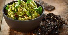 En blød og delikat avocadomousse med rugbrødschips - server den som forret eller som snack ved en festlig anledning!