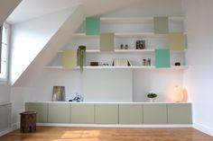 Une pièce à vivre lumineuse dotée de rangements sur mesure. Plus de photos sur Côté Maison http://petitlien.fr/7row