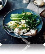 Jajecznica z tofu z sałatką z awokado i rukoli