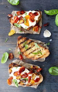 Burrata Bruschetta - World Recipes Collection Fingerfood Recipes, Ciabatta Bread Recipe, Peasant Food, Cooking Recipes, Healthy Recipes, Garlic Recipes, Spinach Recipes, Italian Recipes, Baguette