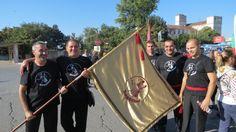 Танцьорите от Задявка Шумен с клубното знаме