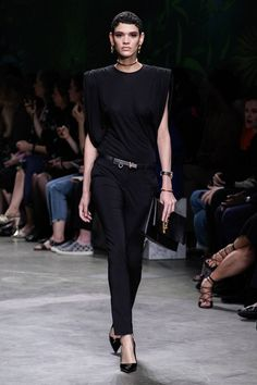 Versace Spring 2020 Ready-to-Wear Fashion Show - Vogue Versace Fashion, Vogue Fashion, Fashion 2020, Runway Fashion, Fashion Brands, Milan Fashion, Dubai Fashion, Celebrities Fashion, Fashion Designers