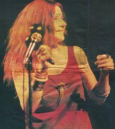 """""""Como mulher, meu sonho é amar e ser amada, um dia gostaria de ter filhos, mas não sei quando.""""  Janis Joplin, 1970.  """"Não sou hippie"""", Jornal Correio da Manhã, Sábado, Rio de Janeiro – 14/02/1970.  Fotografia: Fillmore East, NYC - fevereiro de 1969."""