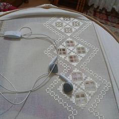 Hardanger Embroidery, Rose Embroidery, Embroidery Fashion, Lace Patterns, Crochet Patterns, Brazilian Embroidery, Seed Stitch, Bargello, Straight Stitch