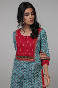 This Kurta is designed with a front yoke and and is matched with a chiffon and a cotton dupatta. Simple Kurta Designs, New Kurti Designs, Churidar Designs, Kurta Designs Women, Salwar Pattern, Kurta Patterns, Dress Patterns, Dress Neck Designs, Designs For Dresses