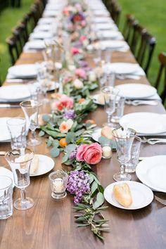 Mesa, decoração de mesa, mesa para almoço, mesa de madeira, decoração com frutas, decoração com flores.