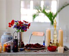 Il bagno: Il bagno non è un semplice gesto di igiene personale, ma anche di purificazione, rinnovamento, relax, meditazione ed è un momento per imparare a stare bene con noi stesse.   All'acqua del bagno vengono aggiunte erbe rilassanti e rigeneranti, petali di rose, latte d'asina e olii essenziali.   Il momento del bagno ora è diventato anche un momento per vedere gli amici e parenti, per condividere con le persone care questo rituale.