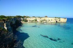 A longa costa da península de Salento, por vezes arenosa e às vezes rochosa, é molhada pelo mar Jônico e o Mar Adriático, na verdade, é um verdadeiro espetáculo da natureza. Na foto se vêem as falésias de Mulino d'Acqua. É um conjunto de falésias escondidas, de acesso difícil. A  vista para o mar é arrebatadora. Na península salentiana, região da Puglia, Itália.