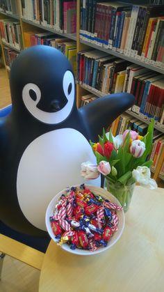 Voi kauhistus, huomenna on 13. päivä ja perjantai. Mutta ei hätää: Hyvinkään Laurea-kirjasto viettää jo silloin ystävänpäivää ja tarjoilee suut makiaksi.  Ystävät, tulkaa kirjastoon! <3