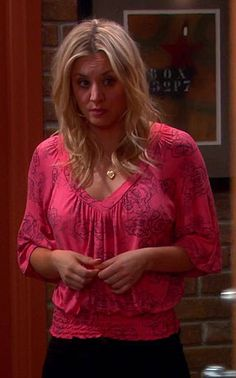 Penny's pink rose print top on The Big Bang Theory. I can't get it shipped to Oz! Need a pattern! Fashion Tv, Star Fashion, Tbbt, Big Bang Theory Penny, Kaley Couco, Amanda Bynes, Gorgeous Blonde, Beautiful Celebrities, Beautiful Women