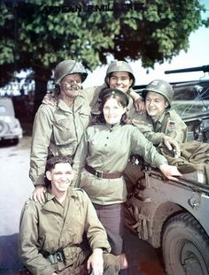 A Russian woman of the Red Army and four United States GIs meet in Torgau, Germany, 25th April 1945 (photo)