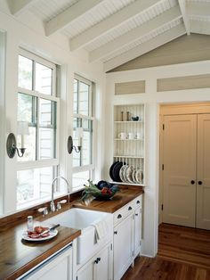 Get all the info you'll need on French country kitchen cabinets, and create an elegant kitchen design in your home. Small Country Kitchens, Country Kitchen Cabinets, Country Kitchen Designs, Kitchen Sink, Glass Kitchen, Kitchen Windows, Kitchen Wood, Kitchen White, Parisian Kitchen