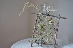 Blüten auf einer Kräuterwanderung sammeln und dann ein Bild daraus machen: Weben mit Blüten ist eine wundervolle Arbeit für Kinder ab etwa 5 Jahren.