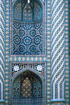 spiralling pattern on columns goes in different directions - Fatima's Haram, Qom Iran