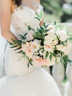 Cream + peach bouquet   Photography: Ether & Smith