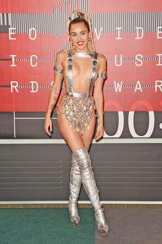 Ontem as celebs estavam no tapete vermelho do #VMAs. E hoje vocês votam nos melhores looks http://wnli.st/1EsYo9h #MileyCyrus