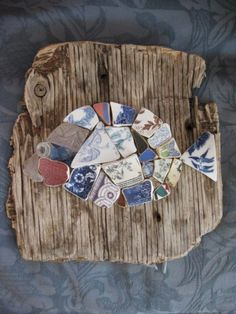 Pottery Shard Seaglass Mosaic Fish on Driftwood (link is broken, but it sure it a neat idea) Could I even do this with random shapes of paper? Sea Glass Crafts, Sea Glass Art, Shell Crafts, Painted Driftwood, Driftwood Art, Driftwood Projects, Beach Crafts, Ocean Art, Fish Art