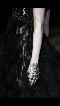 Alexander McQueen Fall 2014 Ready-to-Wear Collection - Vogue Dark Fashion, Fashion Art, High Fashion, Gothic Fashion, Fashion Week, Runway Fashion, Fashion Show, Fashion Addict, Alexander Mcqueen