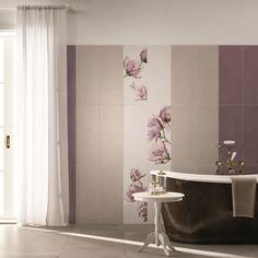 Dettagli raffinati per un #bagno #abkemozioni realizzato con la collezione SECRET. #wall colori Gesso, Natural, Malva #decoro Oriente. #floor DOCKS di ABK colore Warm. #tiles #ceramics #homedesign #bathroom #elegance