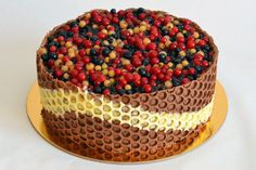 Cocoa cake with chocolate and forest fruits cream: www. Cocoa Cake, Forest Fruits, Yummy Cakes, Cake Pops, Sprinkles, Deserts, Cupcakes, Candy, Chocolate