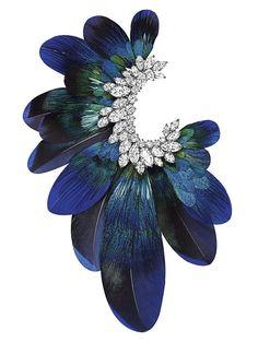 Harry Winston rend hommage à l'art de la plumasserie avec cette broche Ultimate Adornment en or blanc sertie de diamants tailles Marquise et Poire.