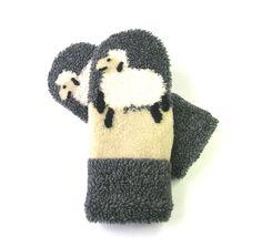 Mitaines pour dames, mitaines et mouton, mitaines et animaux, mitaines d'hiver, matières recyclées, mitaines de laine, mitaines fait main de la boutique CroqueMitaines sur Etsy Winter Hats, Gloves, Diy Crafts, Boutique, Dame, Eco Friendly, Crafting, Etsy, Ideas