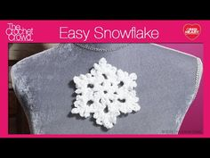 Crochet Snowflake Tutorial. It's really easy and only 4 rounds. Get the free written pattern at http://thecrochetcrowd.com/crochet-snowflake/