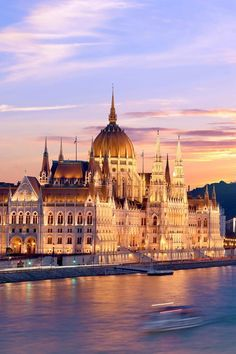 Sunset over the Hungarian Parliament in Budapest, Hungary. // Top Things To Do In Hungary Holidays, Cool Places To Visit, Places To Travel, Places To Go, Places Around The World, Around The Worlds, Paris Landmarks, Budapest Things To Do In, Budapest Travel, Hungary Travel