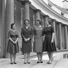 Prinsessen Beatrix, Irene, Margriet en Marijke (Christina) aan de achterzijde va…
