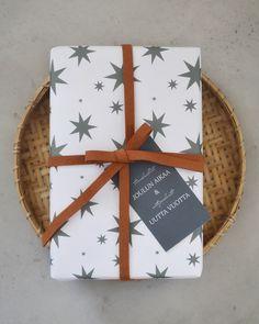 STARS - kuosin löydät kolmessa eri sävyssä - valitse omat suosikkisi! Tämä vahva paperi kestää repeilemättä kantikkaidenkin lahjojen paketoinnin. 60 CM x 1,5 M Suunniteltu ja valmistettu Savonlinnassa! Wrapping Papers, Gift Wrapping, Wraps, Gifts, Gift Wrapping Paper, Presents, Present Wrapping, Wrapping Gifts, Favors