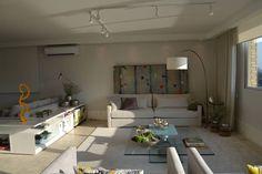 Apartamento para um jovem casal em tons de cinza: Salas de estar translation missing: br.style.salas-de-estar.minimalista por Helô Marques Associados