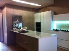 CUCINA CON PENISOLA LACCATA BIANCA Interior Design Studio, Bathroom Lighting, Mirror, Kitchen, Furniture, Home Decor, Trendy Tree, Nest Design, Bathroom Light Fittings