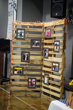 Wedding pallet wall picture display for outdoor area with plants Pallet Picture Display, Pallet Display, Display Wall, Picture Backdrops, Wall Backdrops, Pallet Backdrop, Diy Backdrop, Pallet Pictures, Palette Deco