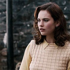 Lily James as Juliet Ashton in The Guernsey Literary and Potato Peel Pie Society Lily James, The Guernsey Literary, Jessica Brown Findlay, Peggy Carter, Drame, Peeling Potatoes, Girl Gifs, Interesting Faces, Face Claims