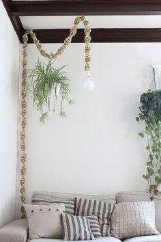 ドレスアップした照明器具の配線に引っ掛けるという、小技が光るぶら下げ方。  壁に掛けたもう一つの鉢とともに、空間を涼やかな印象にしています。    センス溢れるグリーンコーディネート。
