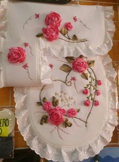 Embroidery On Clothes, Types Of Embroidery, Silk Ribbon Embroidery, Embroidery Patterns, Hand Embroidery, Machine Embroidery, Ribbon Art, Diy Ribbon, Decoration