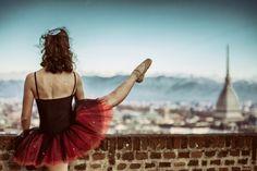 Una sua fotografia, pubblicata come immagine del giorno per la copertina Facebook di Repubblica Torino, ha riscosso un bel successo: si può dire che sia stata la più apprezzata degli ultimi tempi. Ma quella foto era soltanto uno scatto di un progetto fotografico molto particolare con il quale l'autore, Claudio Cavallin - fotoamatore torinese - è riuscito a coniugare l'eleganza delle pose di un gruppo di ballerine con luoghi della città molto conosciuti ma ...