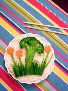 Fun Food Kids Rice Bento brokkoli broccoli kartotten Möhren gesund healthy reis beilage tree baum carrots wiese meadow gras grass flowers blumen